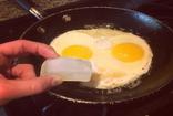 Pişen yumurtanın içine 1 küp buz atınca...