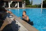 TV8 Doya Doya Moda'da Rümeysa Rabia'yı bilerek havuza attı kavga çıktı