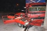 İzmir'de kamyonla otomobil çarpıştı: 1'i ağır, 2 yaralı