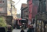 Beyoğlu'nda bir evde yangın çıktı, itfaiye araçları dar sokağa giremedi