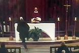 Kanada'da dini tören sırasında rahip bıçaklı saldırıya uğradı