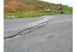 Siirt'te sağanak yağışlar nedeniyle karayolunda çatlak oluştu