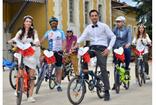 Adana'da bisiklet tutkunu gelin ve damat düğün konvoyuna bisikletleri ile eşlik etti