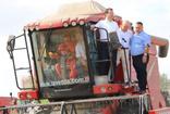 Ekrem İmamoğlu'ndan Büyükçekmece'de buğday hasadı yapan çiftçilere ziyaret