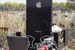 Rusya'da genç kızın mezar taşı iPhone telefonu oldu