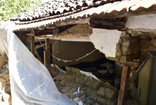 Belediyeden evinin duvarı yıkılan vatandaşa destek