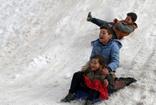 Çocukların bidonla kızaklı kar keyfi