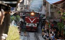 Daracık mahalleden tren geçiyor!