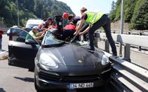 Bolu'da saniyelere karşı mücadele! Kadın sürücü lüks araçta sıkıştı