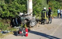 Kocaeli'de elektrik direğin çarpan otomobilde 1 kişi öldü 1 kişi ağır yaralandı