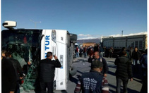 Tatvan'da yolcu otobüs ile tırın çarpıştığı kazada 34 kişi yaralandı
