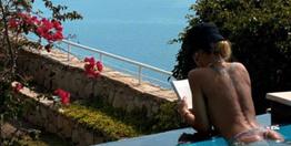 Eliz Sakuçoğlu havuzda üstsüz kitap okuduğu paylaşımla olay oldu