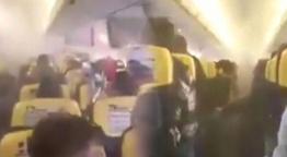 Uçağın içi dumanla doldu! Panik anları kamerada