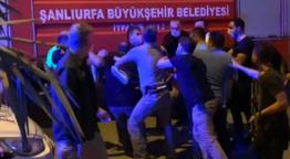 Türk bayrağını indirmeye çalıştı linç girişimi kamerada!
