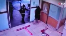 Maske takmayan kadın copla kadın görevlilere saldırdı kırılmadık cam bırakmadı!