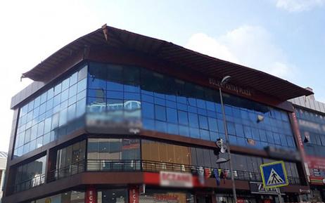 Esenyurt'ta bir iş merkezinin çatısı kaydı