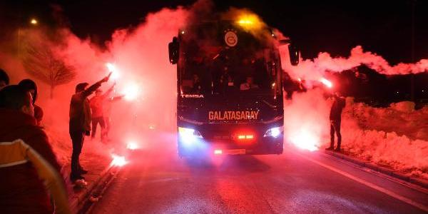 Galatasaray'ı Sivas'ta meşalelelerle karşıladılar