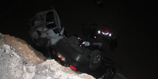 Bayburt'ta 2 araç menfez için açılan çukura düştü: 7 ölü, 2 yaralı