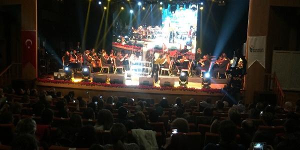 Ünlü sanatçılar Esenler'de Kayahan rüzgarı estirdiler