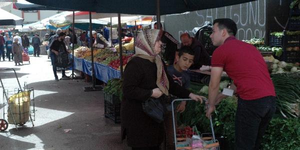 Liselilerin yardım timi pazarda yardıma koştu vatandaş kaçtı