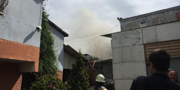 İstanbul Ataşehir'de inşaat malzemesi üreten fabrikada yangın