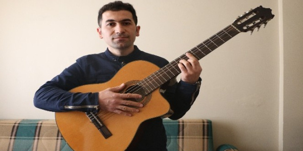 Kasiyerlik yapan Fuat Keleş, İngilizce şarkısını yüzbinlere dinletti