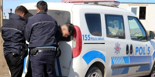 Erzurum'da polisten kaçan 12 kişilik minibüsten 42 kaçak göçmen çıktı