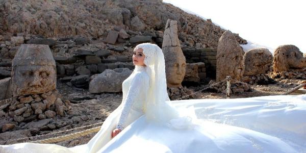 Mankenlere gelinlik giydirip Nemrut Dağı'na çıkardılar