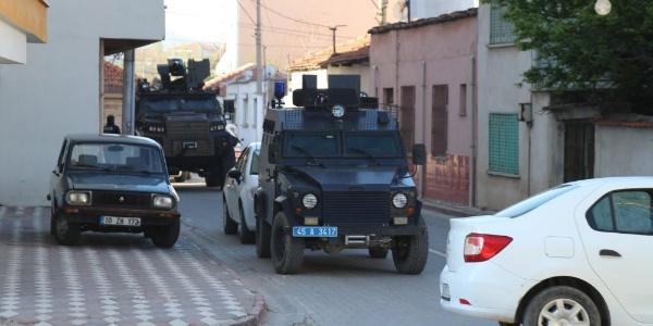 Manisa'da internet üzerinden yasa dışı bahis oynatanlara baskın; 20 gözaltı