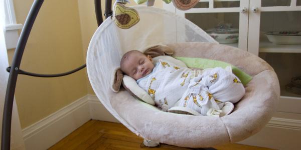 Bebek uyku danışmanından şok sözler: Çocuğu sallayarak uyutmak bayıltmak anlamına gelir