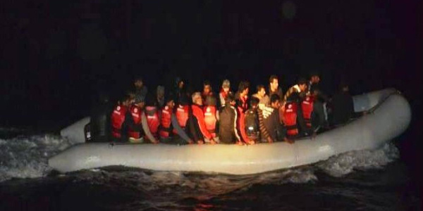 Ege denizinde tekneleri su alan 11 kaçak son anda kurtarıldı