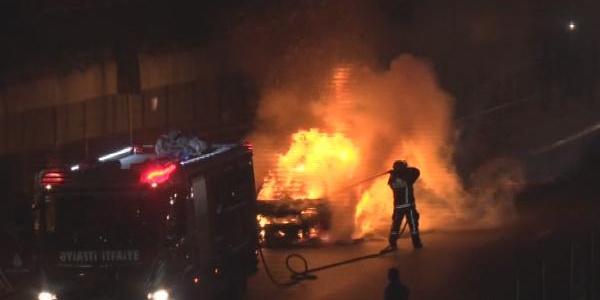 Bakırköy'de seyir halinde iken yanan taksiden sürücü son anda kurtuldu