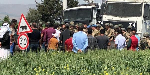 Mardin'de köylüler elektrik kesmeye giden ekiplerin yolunu kesti