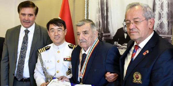 Kore gazisine 68 yıl sonra savaştığı ülkeden madalya geldi