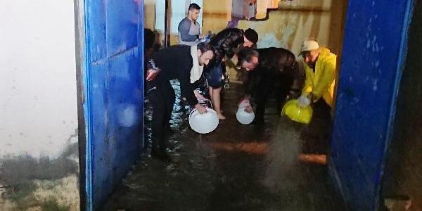 Nusaybin'de evlere dolan sel sularını polisler tahliye etti