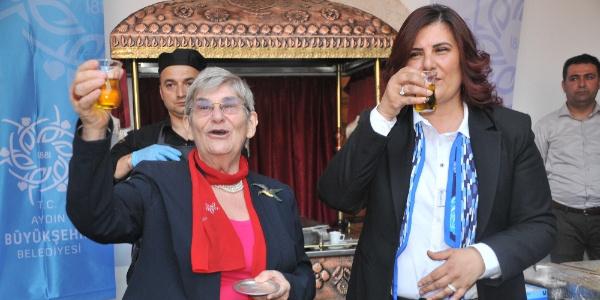Canan Karatay'dan Aydın'da şok hareket: Su içer gibi zeytinyağı içti