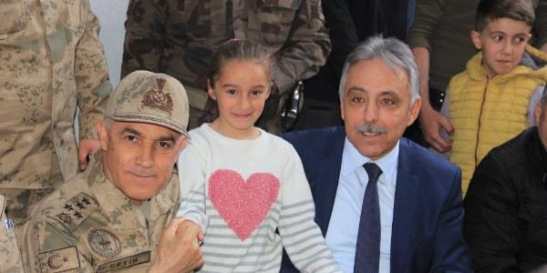 Jandarma Genel Komutanı Orgeneral Arif Çetin Hakkari sokaklarını gezdi