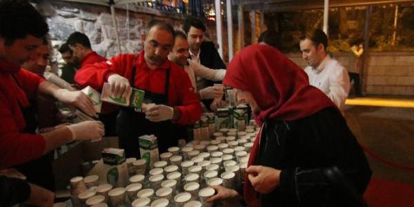 Mirac Kandili'nde Bursa Ulu Cami'den çıkanlara 2 ton süt dağıtıldı
