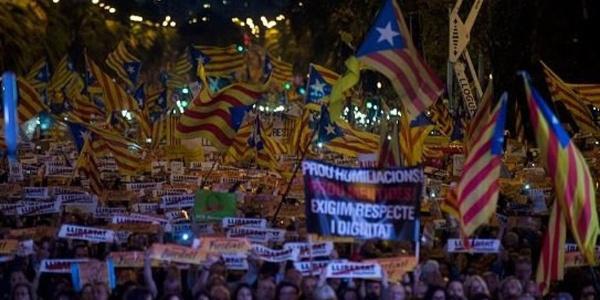 Barselona'da 300 bin kişi tutuklu politikacılar için sokağa döküldü