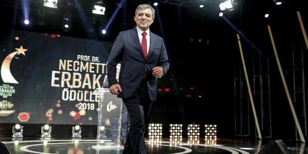 Abdullah Gül ile Temel Karamollaoğlu Erbakan Ödülleri'nde buluştu