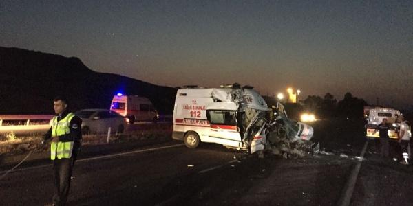 İzmir'de TIR'a çarpan ambulanstaki sağlık çalışanı hayatını kaybeti