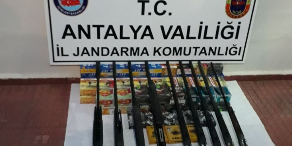 Antalya'da jandarmadan cephanelik gibi bakkala operasyon