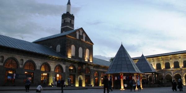 Diyarbakırlılar, Berat Kandili'ni İstanbul'dan gelen özel konuklarla birlikte ihya etti