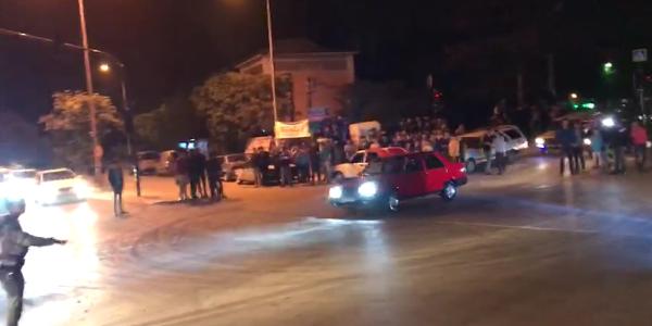 Bursa'da gençler yolu ulaşıma kapatıp drift partisi yaptı