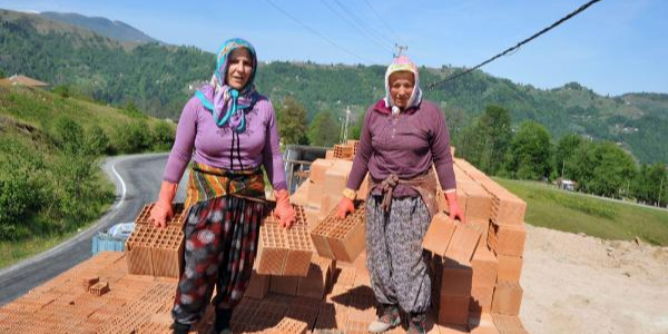 Trabzon'da kadınlar kamyondan tuğla boşaltarak evini geçindiriyor