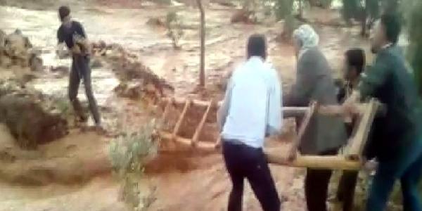 Şanlıurfa'da selde mahsur kalan vatandaşı halatla kurtardılar