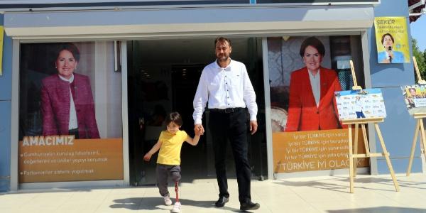 Kendi hazırladığı düzenekle minik Özge'ye yürümeyi öğreten baba milletvekili aday adayı oldu