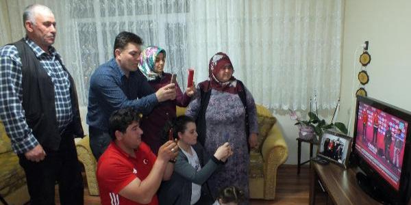 Kayaalp Ailesi şampiyonluk maçını izlerken hop oturup hop kalktı