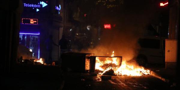 Beyoğlu'nda hareketli gece: Çöp konteynırlarını devirip ateşe verdiler