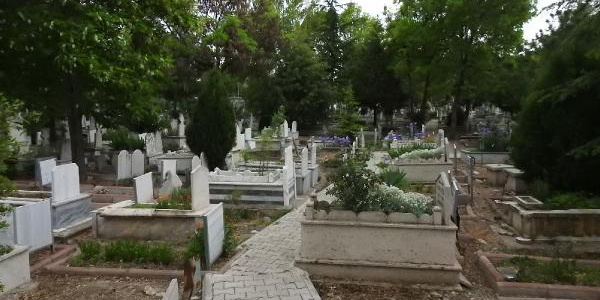 Çorum'da polis 4 gecedir mezar başında ağlayan kızı arıyor